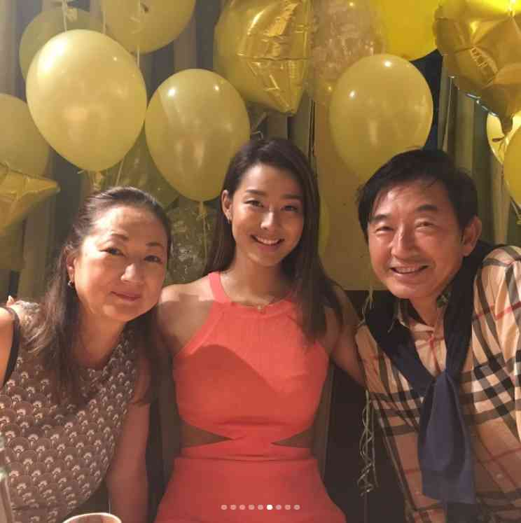 すみれ、誕生パーティでのサプライズに笑顔 親子3ショットも公開!