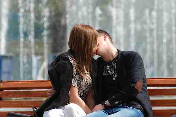 キスをするとき顔を右に傾けるのが多数派と判明