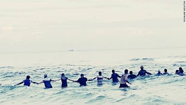 CNN.co.jp : 波にさらわれた一家、目撃者が「人間の鎖」で救助 米 - (1/2)