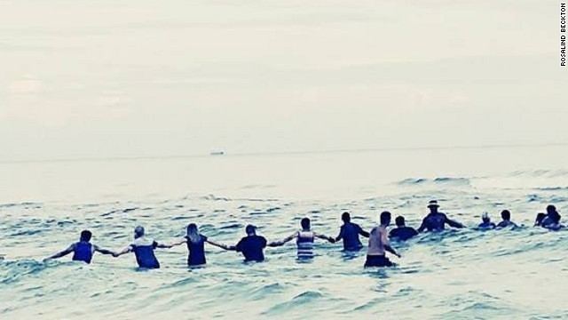 沖へ流された9人 、砂浜で80人が手つなぎ救助される