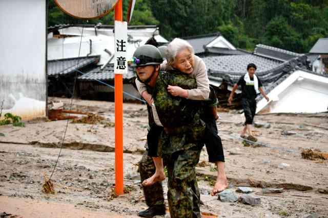 夢中で回したペンライト「死ぬかと思った。こんな目にあうのは初めて」豪雨で救助の女性