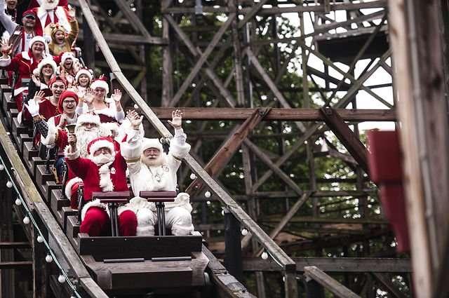 夏休み満喫してる!サンタクロース世界大会にサンタさんが大集合!