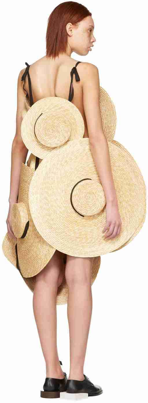 麦わら帽子を8個つなげたドレス お値段30万円で誰がこんなの買うんだ