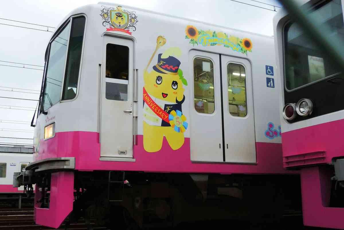 「ふなっしートレイン」出発進行 新京成電鉄70周年 松戸-千葉中央駅間