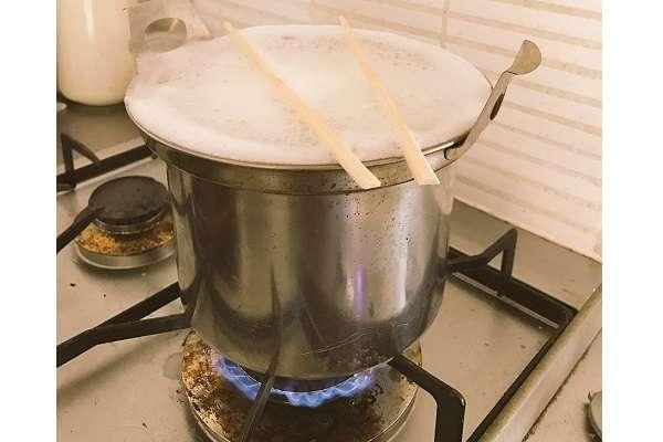 麺を茹でる時に「吹きこぼれを防ぐ方法」がめっちゃ簡単