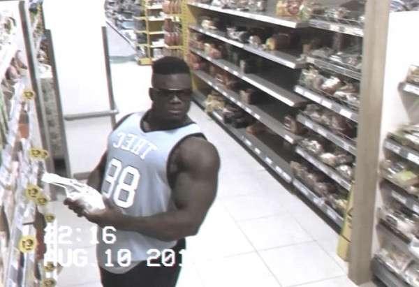 監視カメラを見つめる怪しい男。店員さんが目を光らせていると…まさかの行動に! - Spotlight (スポットライト)