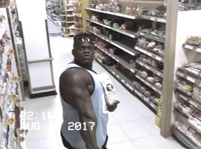監視カメラを見つめる怪しい男。店員さんが目を光らせていると…まさかの行動に!