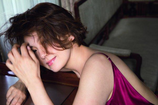南野陽子、「奇跡の50歳」グラビアで見せた「ナンノの美肌」