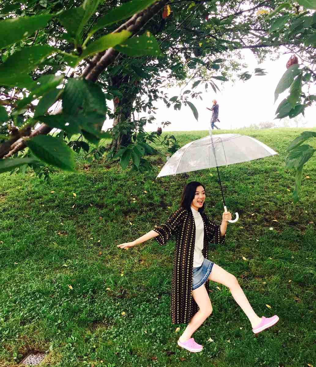 傘をさす永野芽郁