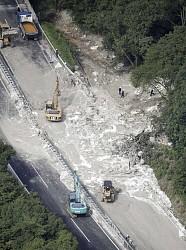 【中央道土砂崩れ】「ありえない」真っ白い泥 流出物「地質と異なる」 窯業原料等製造会社が廃棄か