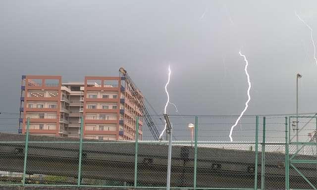 激しい雨、落雷で男女9人けが 東京・世田谷の公園(朝日新聞デジタル) - Yahoo!ニュース