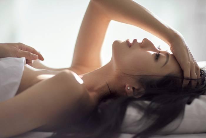 """壇蜜、シーツ1枚で艶やか美肌披露 過去のホステス経験で得た""""色気""""「今とても役立っています」"""
