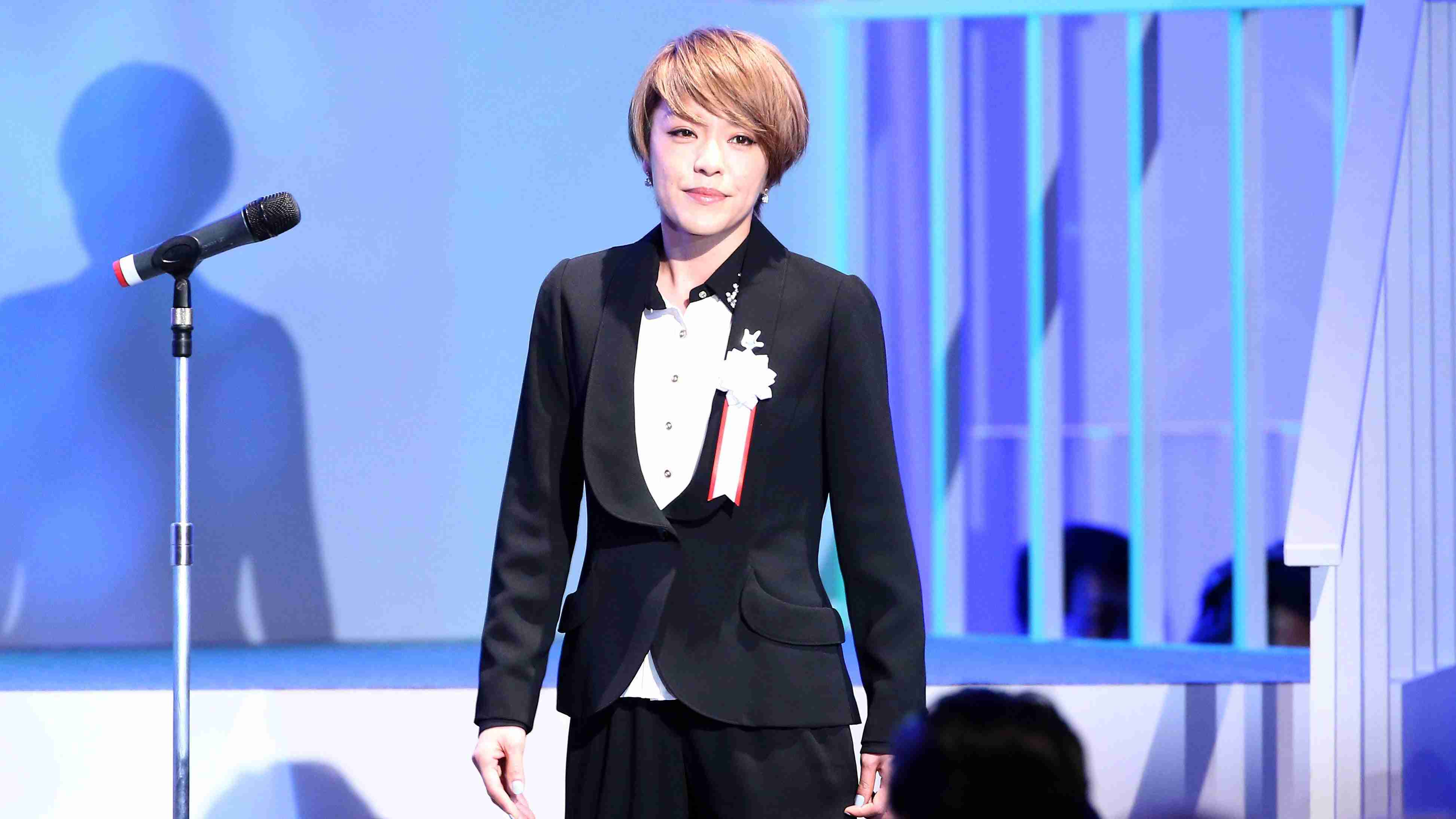 自民党大会 国歌斉唱する歌手の今井絵理子さん - YouTube