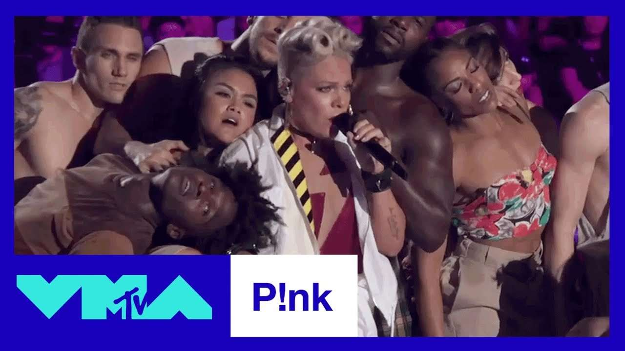 """P!nk Performs """"Get The Party Started"""", """"Raise Your Glass"""", & More! 