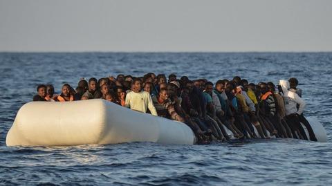 スペインのビーチにアフリカ移民を乗せたボートが突じょ漂着、もの凄い勢いで上陸 居合わせた海水浴客ら騒然 : なんでもかんでもnet