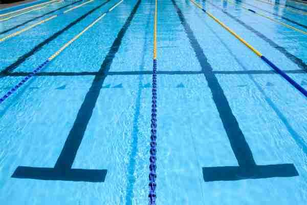 小学校のプールで男子児童が溺れ意識不明