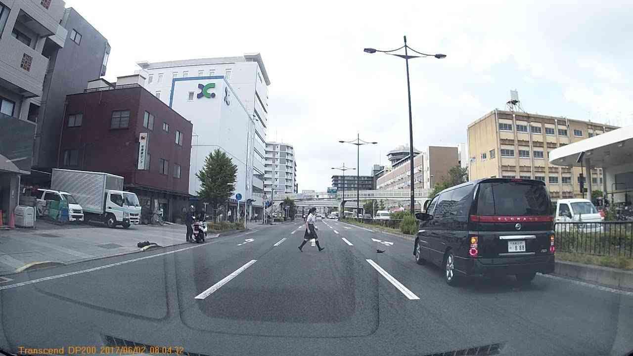 京都駅付近で女子高生がネコを助ける 2017/6/2 - YouTube