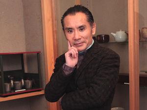 片岡鶴太郎、仰天ヨガ生活披露…おならも自在、首だけで逆立ちも