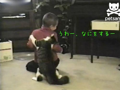 「もうおまえを離さニャイ!」猫が男の子の背後から襲いかかる(動画):らばQ