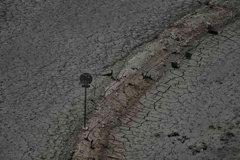 湖底に沈んだ町の橋や標識… 過去最低の貯水率を記録した「宮ヶ瀬湖」に荒廃した光景が広がる