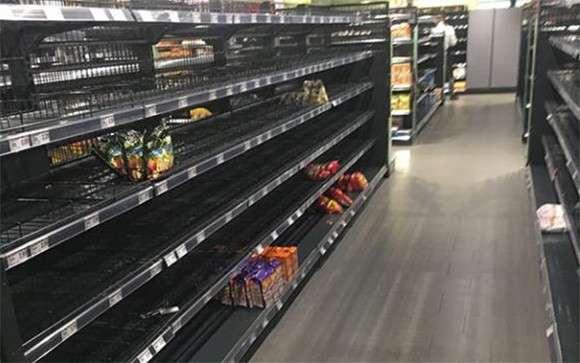 ドイツのスーパーマーケットが人種差別に対するパフォーマンスを展開。その結果店内の棚はほぼ空に。 : カラパイア