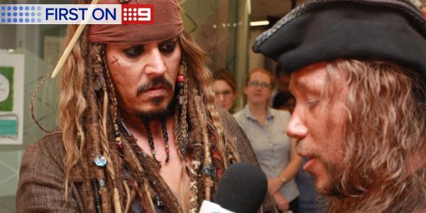 ジョニー・デップ、海賊姿で小児病院に現れる ジャック・スパロウに子供たちも笑顔