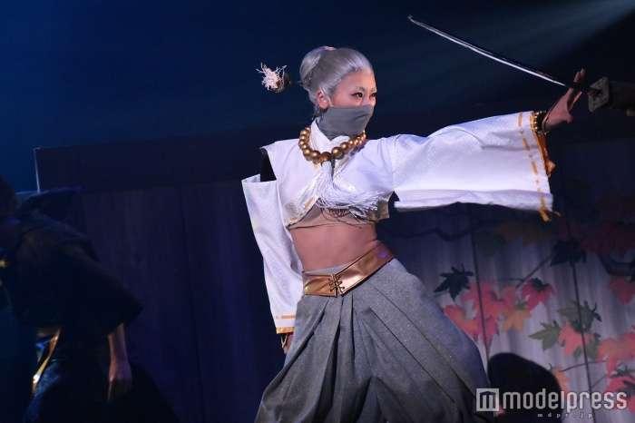 浅田舞、SEXY衣装で腹筋あらわ 共演者から「キレイすぎ」の声も<煉獄に笑う>
