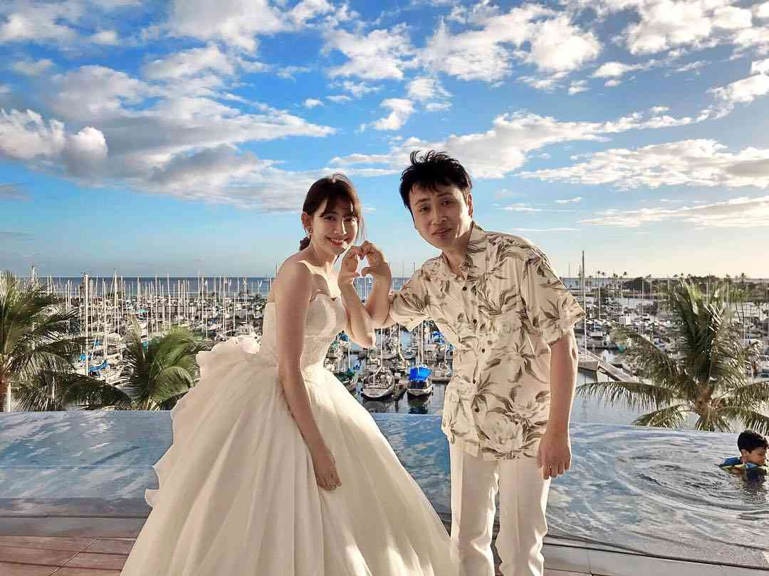 小嶋陽菜、ウエディング姿でアンジャッシュ・児嶋一哉とラブラブ2ショット!?「結婚するの?」「羨ましい!」