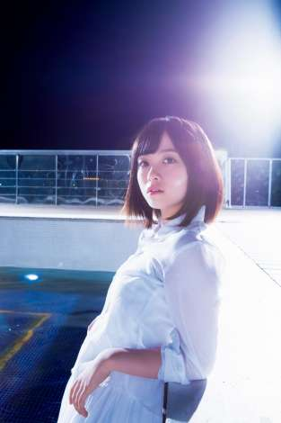 橋本環奈、まぶしく輝く美脚を披露 夜のプールでスタイリッシュに魅せる