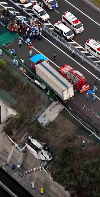 バス横転、高校生2人が心肺停止 16人搬送 徳島