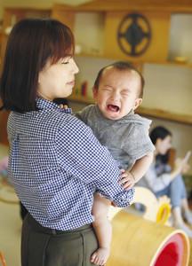 赤ちゃん泣いてもいいよ 育児応援ステッカーに共感