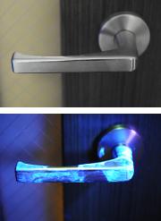"""手の消毒ができる""""トイレのドア"""""""