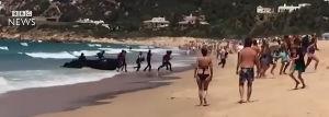 【動画あり】スペインのビーチにアフリカ難民を乗せたボートが突じょ漂着、もの凄い勢いで上陸 居合わせた海水浴客ら騒然 | 保守速報