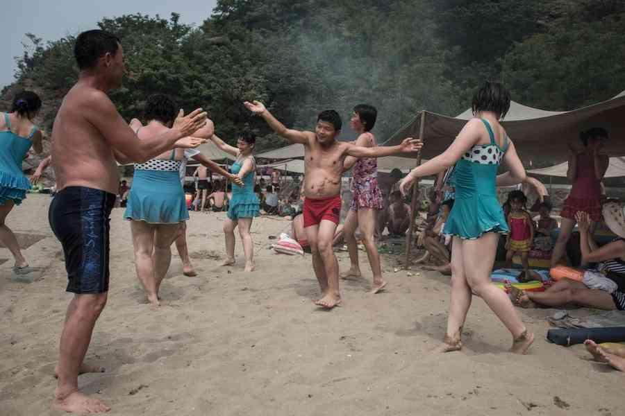 食べて飲んで踊って、北朝鮮のビーチでの過ごし方(AFP=時事) - Yahoo!ニュース