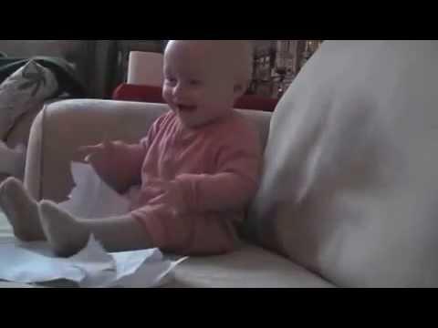 かわいい赤ちゃん,紙をびりびり楽しそう - YouTube