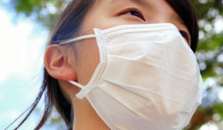 真夏にマスク姿の若者、なぜ?女子高生が明かす理由とは