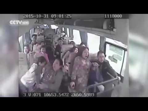 恐怖 崖から転落した中国のバスの車内映像 - YouTube