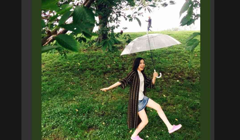 永野芽郁の「トトロごっこ」がかわいい 傘の上には女性が? – しらべぇ | 気になるアレを大調査ニュース!
