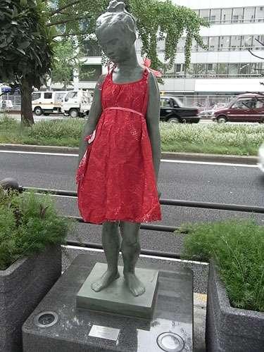 asahi.com(朝日新聞社):御堂筋の「赤い服」が示した「作品の価値」 - 上間常正のアッと@モード