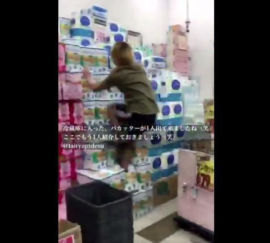 店内でトイレットペーパーの山を駆け上るバカ現る その正体はなんと・・・ | 黒白ニュース