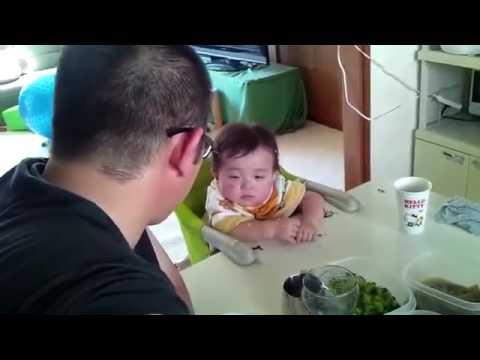 パパに怒られながら必死に睡魔と戦う息子 - YouTube