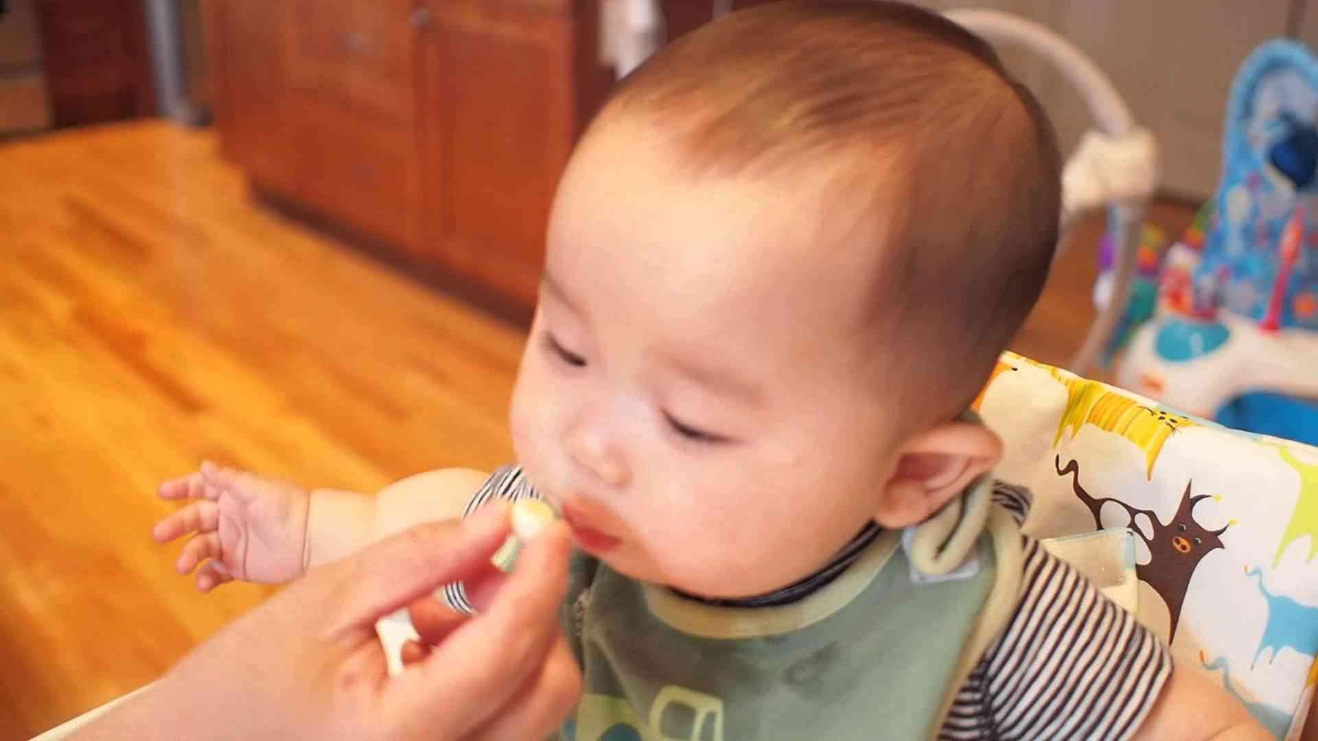 生後189日。赤ちゃん用のボーロを美味しそうに食べる。 - YouTube