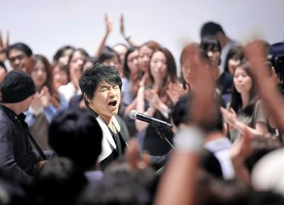 "ASKA涙の復活唱「みんなゴメン!」""薬物事件騒動""後ファンの前で初めて歌った"