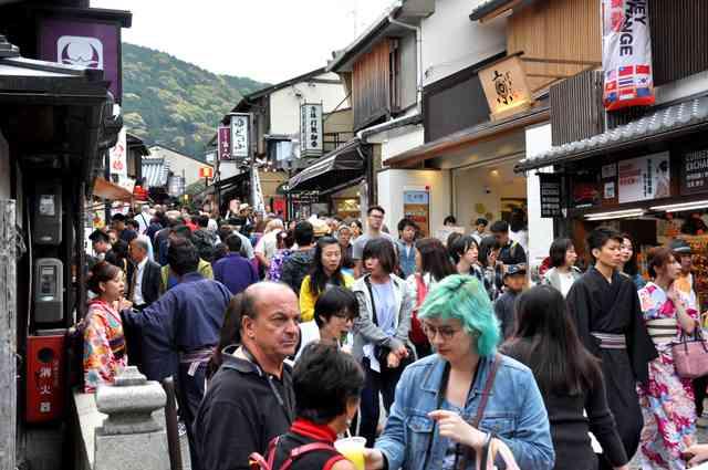 超満員のバス、消えゆく情緒…急増する訪日客に京都苦悩:朝日新聞デジタル