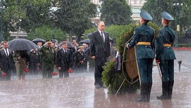 「無名戦士の墓」式典でプーチン大統領が大雨の中傘をささずに参加。その理由があまりにもカッコいいと話題 | Share News Japan