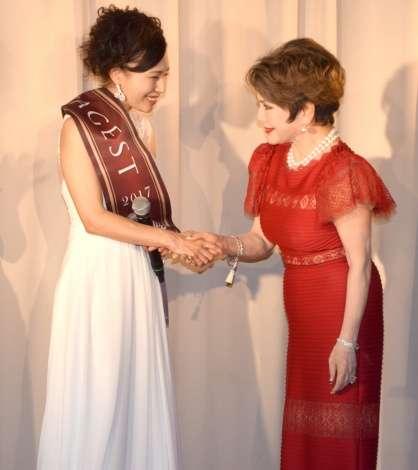 """""""日本一美しい夫人""""に津村智子さん 59歳とは思えない美貌にデヴィ夫人驚がく"""