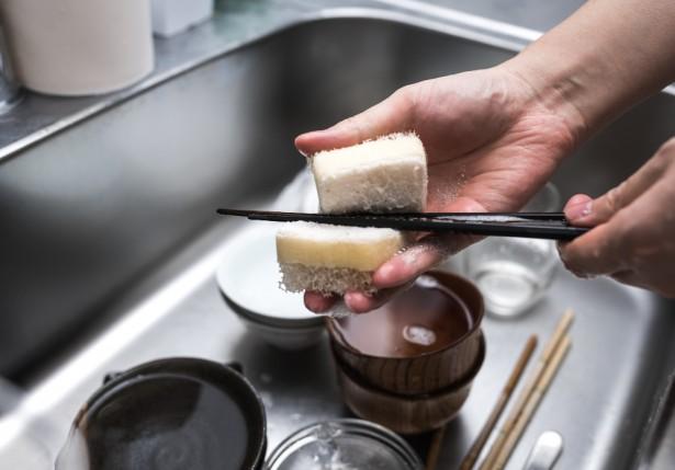 「食器を洗うタイミング」が議論に マツコ・デラックスは「溜める」派