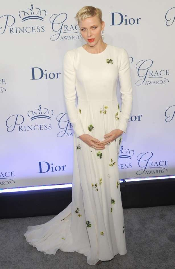 女優ばりに美しいと評判のモナコ公妃、ウエスト絞りすぎの肩幅強調ドレスが大不評!