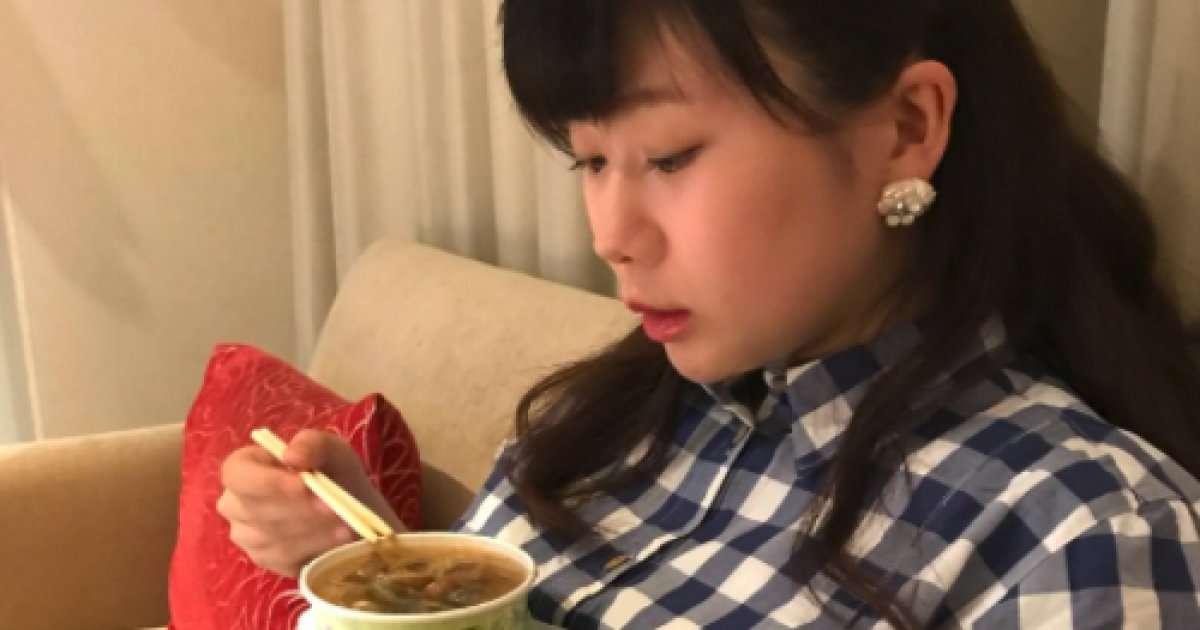 福原愛さん、妊娠中の写真を公開 お腹をテーブル代わりにしてる?