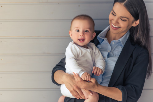 「生まれました~!」赤ちゃんを会社に連れてくる心理って?